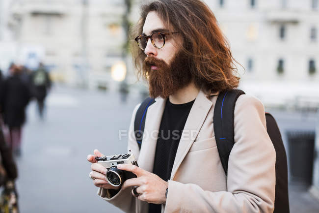 Man holding old-fashioned camera — Stock Photo