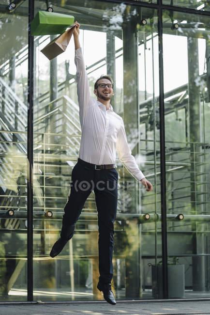 Портрет стрибки бізнесмен rising сумками — стокове фото