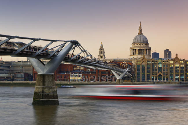 Reino Unido, Londres, Catedral de São Paulo e Ponte do Milênio ao entardecer — Fotografia de Stock