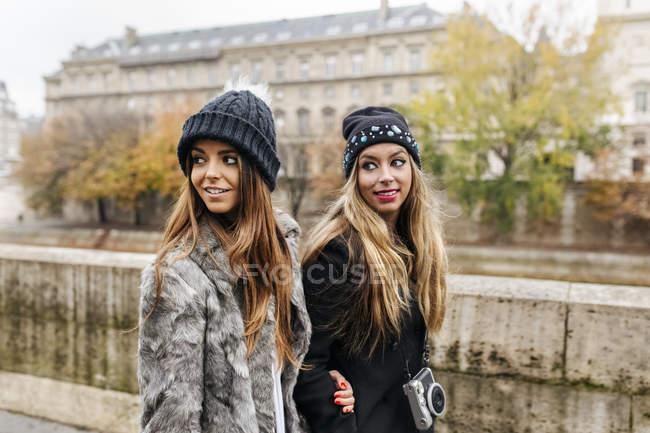 Париж, Франція, два жіночий Туристи гуляють біля річки Сена — стокове фото