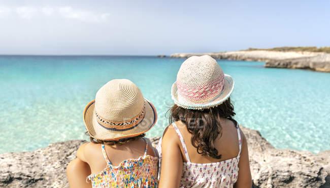 Strand von Talaier, Balearen, Spanien, zwei kleine Mädchen am Horizont an der Küste — Stockfoto