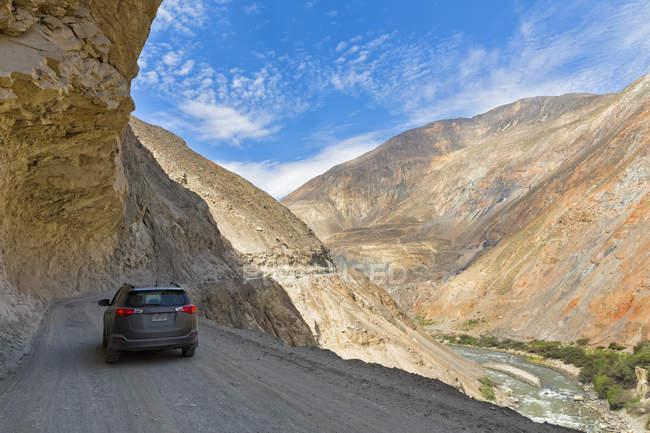 Vista traseira de Peru, a Cordilheira Negra, de carro, dirigindo pela estrada 3n nas montanhas — Fotografia de Stock