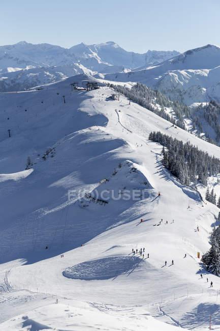 Austria, Salzburg State, sankt johann im pongau, ski area in mountains in winter — Photo de stock