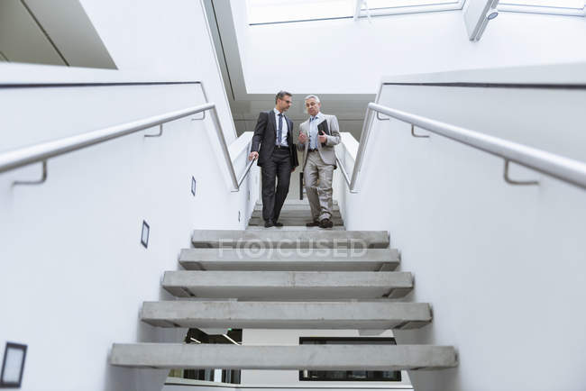 Бізнесмени, ходьба внизу — стокове фото