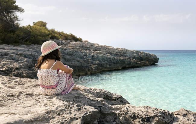 Spiaggia di Talaier, Isole Baleari, Spagna, rilassata bambina su una spiaggia idilliaca — Foto stock