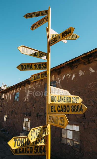 Перу, Озеро Титикака, остров Такиле, указатель со столицами и расстояниями — стоковое фото