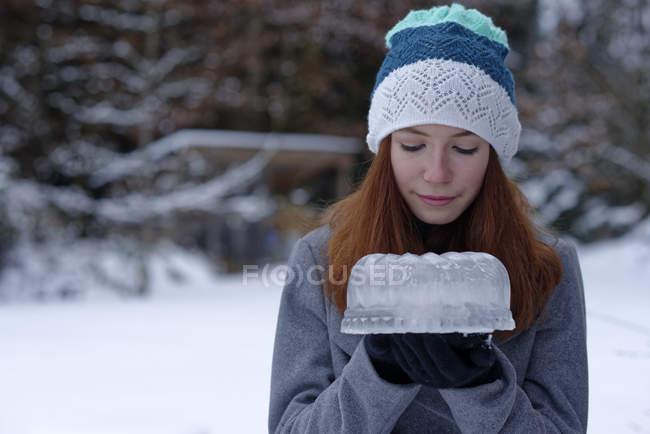 Девочка-подросток держит торт из льда — стоковое фото