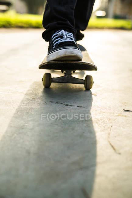 ac87206d Ver os pés de garoto skatista no skate closeup — modo de exibição ...