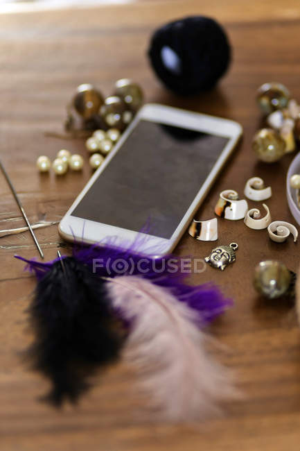 Close-up of Cell phone and craft materials for handicraft — Fotografia de Stock