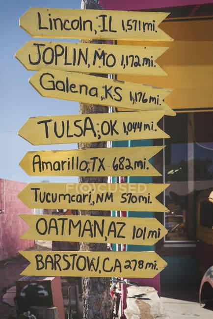 États-Unis, Arizona, Seligman, panneau indicateur sur la route 66 — Photo de stock