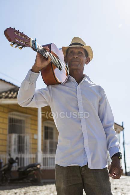 Musiker-Holding-Gitarre auf der Straße von Trinidad, Kuba — Stockfoto