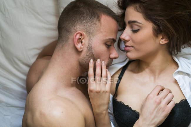 Afago deitada na cama de casal, closeup elevou a vista — Fotografia de Stock