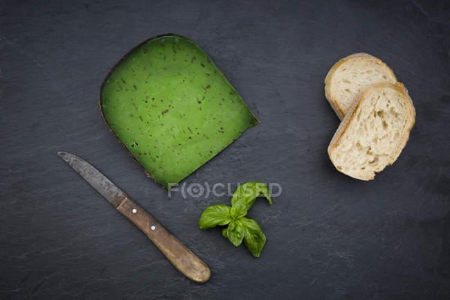 Pedaço de queijo manjericão — Fotografia de Stock