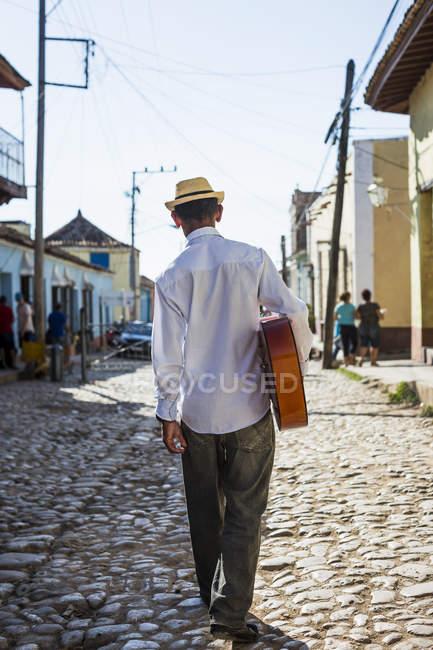 Rückansicht des Musikers mit Gitarre auf der Straße von Trinidad, Kuba — Stockfoto