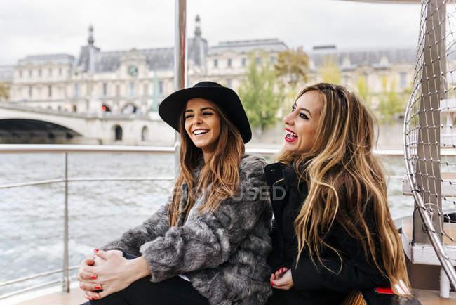 Париж, Франція, дві жінки туристів беручи круїз річки Сени — стокове фото