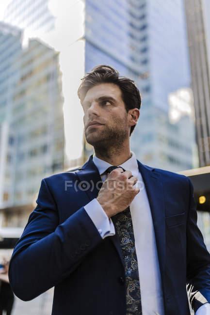 Businessman walking in Manhattan — Stock Photo