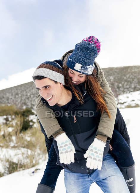Астурия, Испания, молодая пара веселится на снегу — стоковое фото
