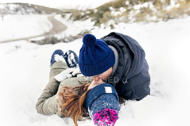 Астурия, Испания, молодая пара целуется в снегу — стоковое фото