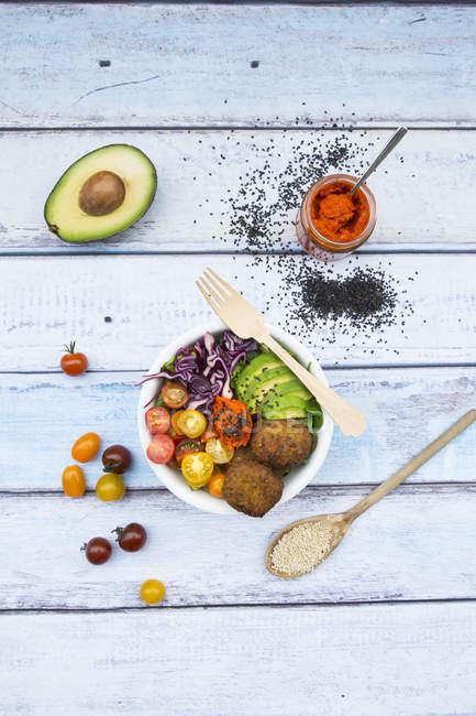 Листя і овочевий салат з квіноа оладки — стокове фото