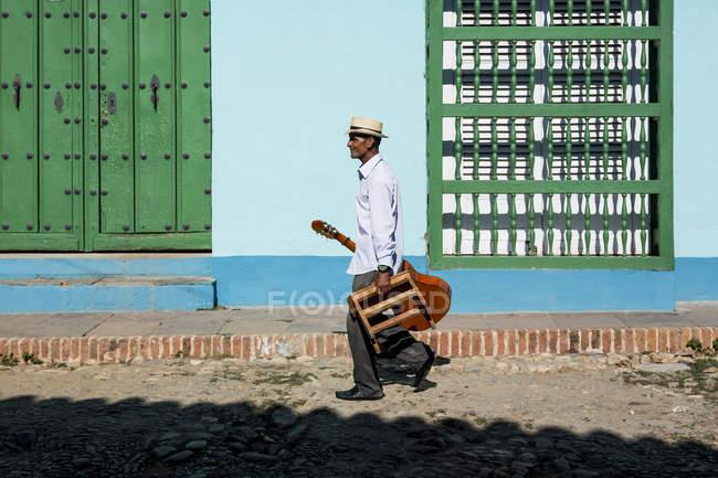 Musiker mit Gitarre und Stuhl in der Straße von Trinidad, Kuba — Stockfoto