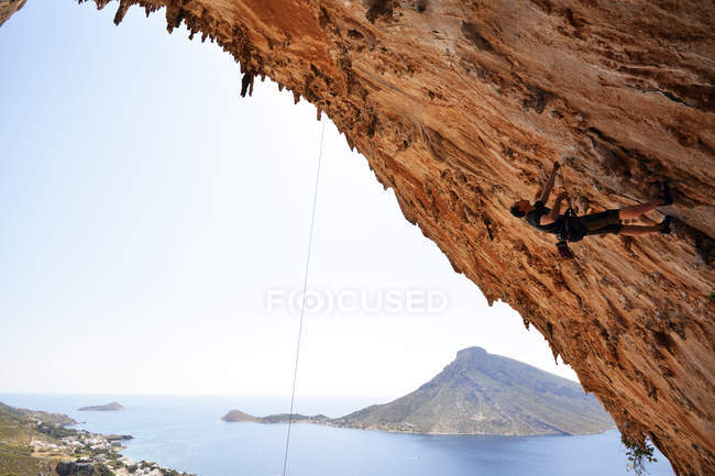 Side portrait of male climber on rock wall — Stock Photo