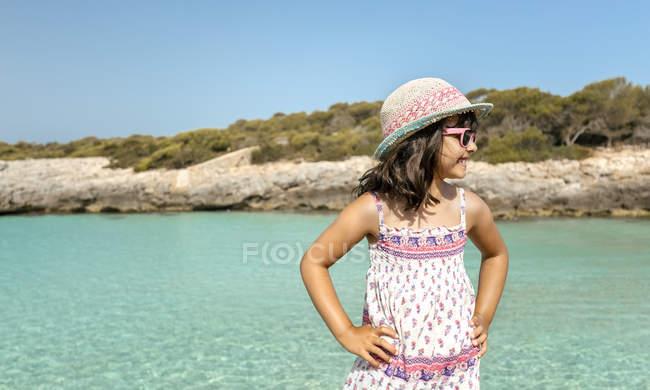 Spiaggia di Talaier, Isole Baleari, Spagna, ritratto di una bambina su una spiaggia idilliaca — Foto stock