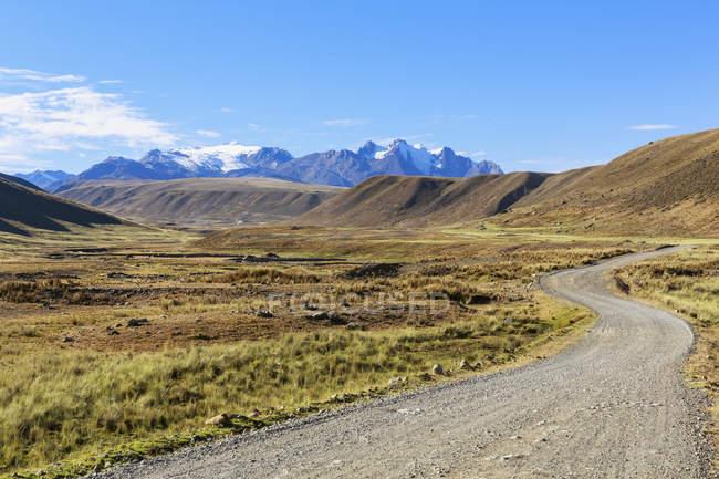 Peru, Andes, Parque Nacional Huascaran, paisagem com estrada e montanhas em fundos — Fotografia de Stock