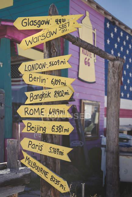 США, Аризона, Селигман, указатель со столицами на 66 — стоковое фото