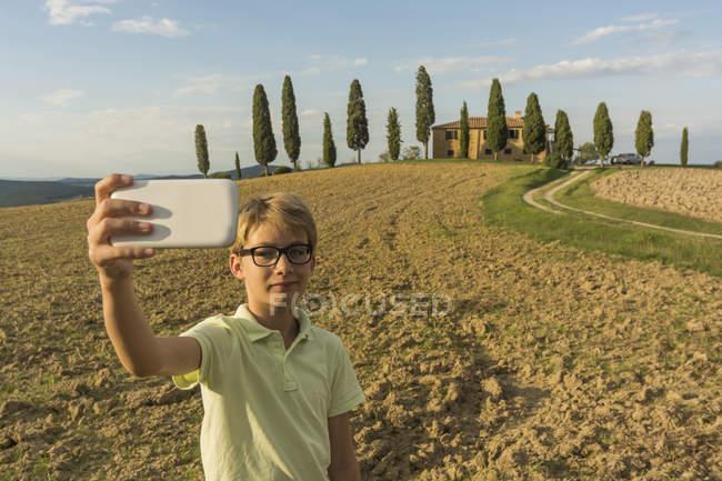 Itália, Toscana, Menino tirando foto da paisagem — Fotografia de Stock