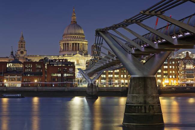 Cattedrale di Millennium Bridge und St Paul, Londra, Inghilterra — Foto stock