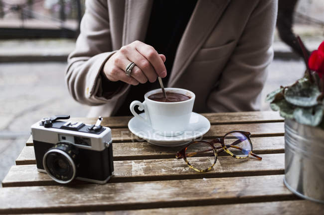 Человек сидит в кафе с кофе — стоковое фото