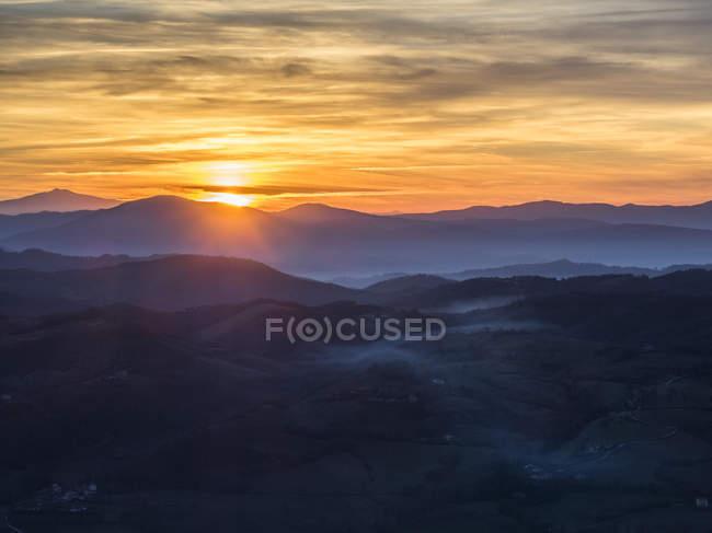 Italia, Umbria, Gubbio, tramonto sull'Appennino — Foto stock