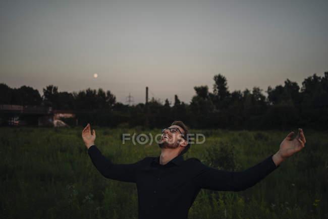 Porträt der Geschäftsmann mit ausgestreckten Armen im freien — Stockfoto