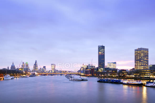 UK, London, Skyline mit St Paul's Cathedral, 20 Fenchurch Street, 122 Leadenhall Street, 30 St Mary Axe, Heron Tower und River Thames in der Morgendmmerung — Stock Photo