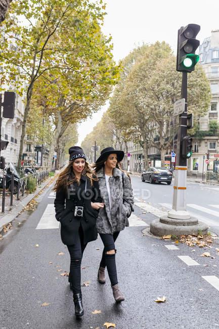 Montmartre, París, Francia, dos jóvenes caminando por la calle - foto de stock