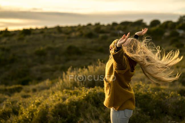 Mulher de pé na natureza — Fotografia de Stock