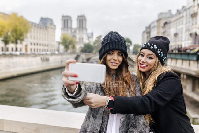 Paris, Frankreich, zwei Touristinnen machen ein Selfie in der Nähe der Kathedrale Notre Dame — Stockfoto