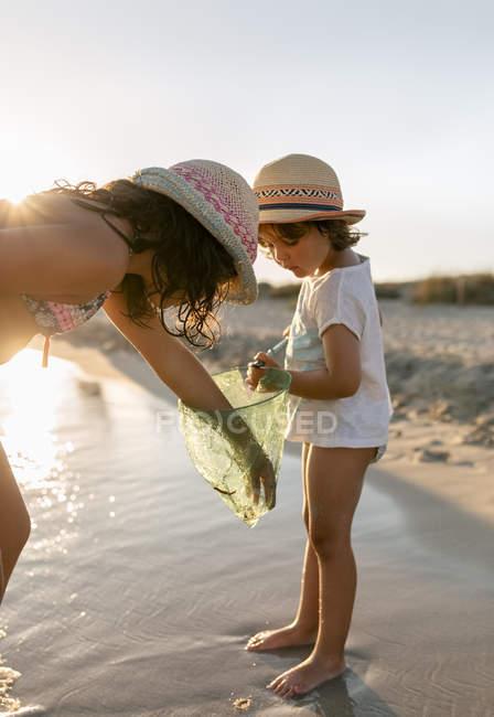 Kleine Mädchen spielen mit Fischernetz am Strand, Son Bou Strand, Balearen, Spanien — Stockfoto