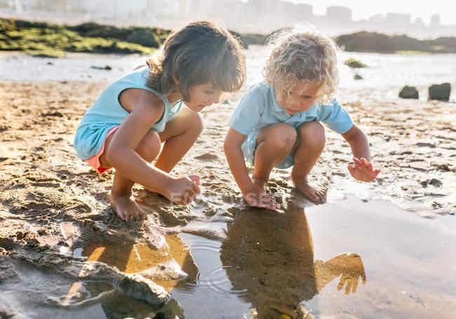 Coppia di bambini che giocano in spiaggia, Gijn, Asturie, Spagna — Foto stock