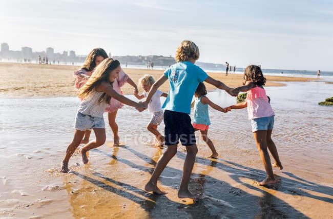 Grupo de crianças brincando na praia, Gijn, Astúrias, Espanha — Fotografia de Stock