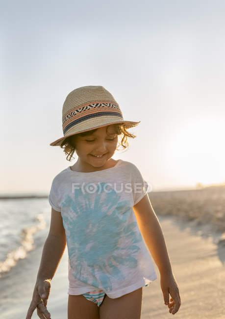 Retrato de menina na praia, praia Son Bou, Ilhas Baleares, Espanha — Fotografia de Stock