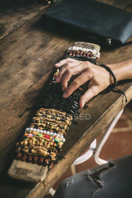 Женская рука на выбор из ассортимента браслетов — стоковое фото