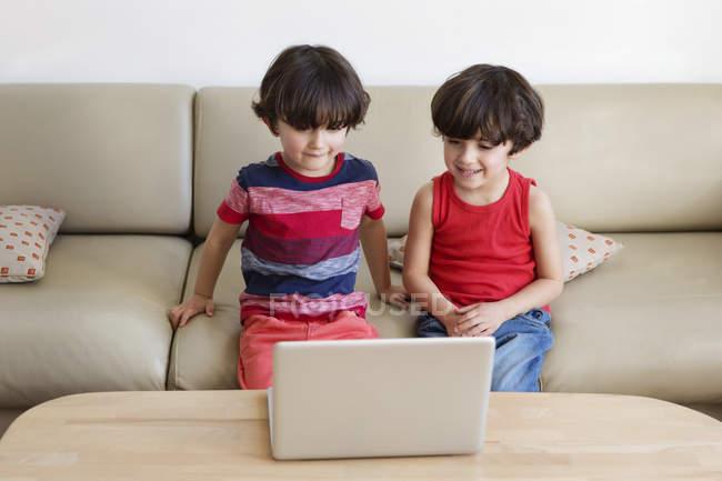 Брати перегляду фільму з ноутбуком — стокове фото