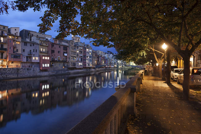 Spain, Catalonia, Girona, Old Town skyline at night, alley along River Onyar in Old Quarter — Stock Photo
