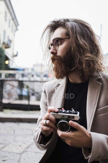 Verificação de celular de homem — Fotografia de Stock