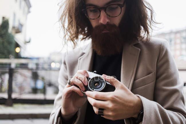 Man holding old-fashioned camera — Stock Photo