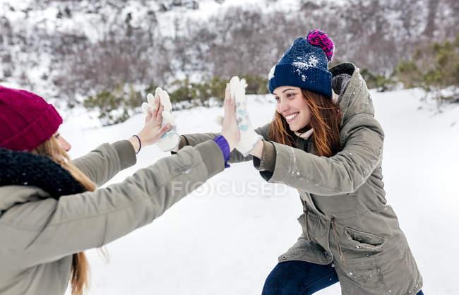 Asturies, Espagne, deux meilleurs amis qui s'amusent dans la neige — Photo de stock