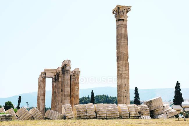 Афіни, Греція. На храм Зевса Олімпійського, також відомий як Олімпейон або стовпців Зевса, це колосальний зруйнованого храму в центрі столиці Греції міста Афіни. — стокове фото