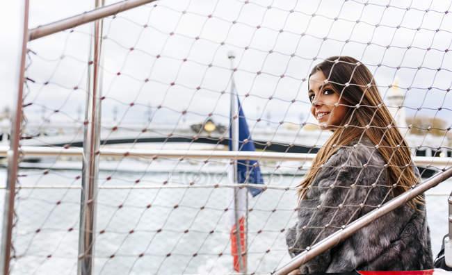 Paris, Frankreich, glamouröse Frau bei einer Schifffahrt auf der Seine — Stockfoto