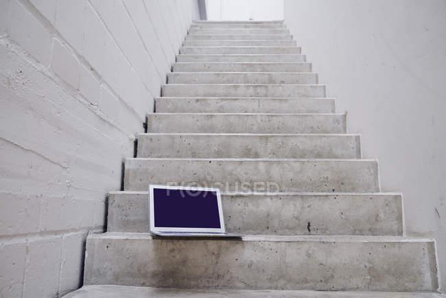 Крупным планом пустой ноутбук на бетонной лестнице — стоковое фото